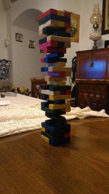 jenga torre colorata dal negro